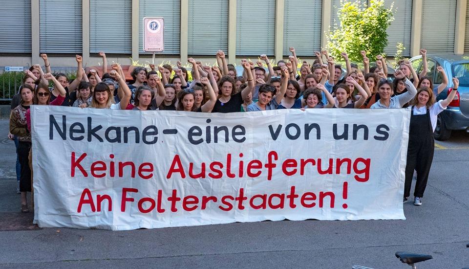 """Solifoto vom Frauen*streikkollektiv mit dem Transparetn """"Nekane - eine von uns Keine Auslieferung an Folterstaaten!"""""""