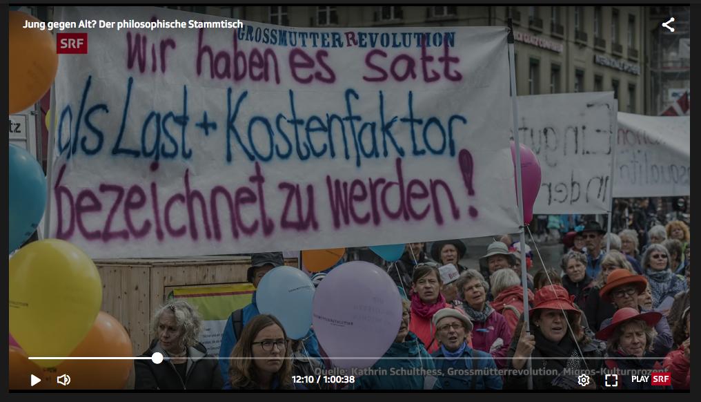 screenshot aus dem SRF Beitrag. ein Transpi auf dem steht: wir haben es satt als Last + Kostenfaktor bezeichnet zu werden! Grossmütterrevolution